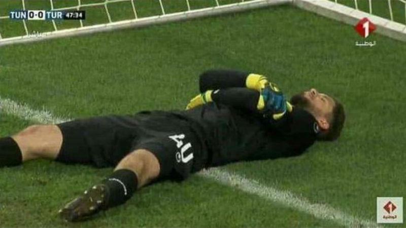 Рамадан для хитрых: вратарь сборной Туниса симулировал травмы, чтобы команда могла поесть во время м