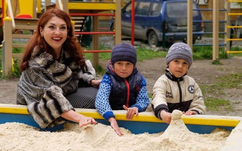 В сети пропесочили чиновницу, которая подарила детям песок