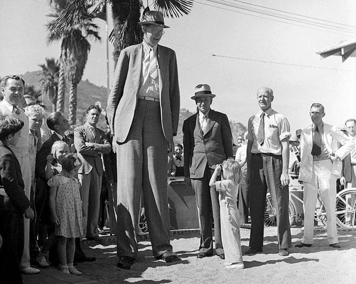 Появилось видео, где видно, насколько огромным был Роберт Уодлоу — самый высокий человек в истории Роберт, Уодлоу, возрасте, роста, сантиметра, метра, высоким, жизнь, Когда, высокий, Роберта, человека, самым, мальчик, семье, родители, сантиметров, ростом, рассчитаны, предметы