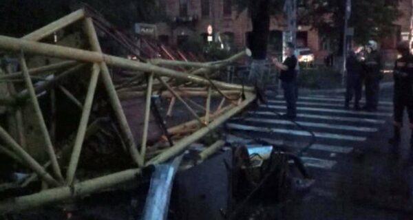 Видео ЧП в Барнауле: падение строительного крана и машинист, спасающий земляков