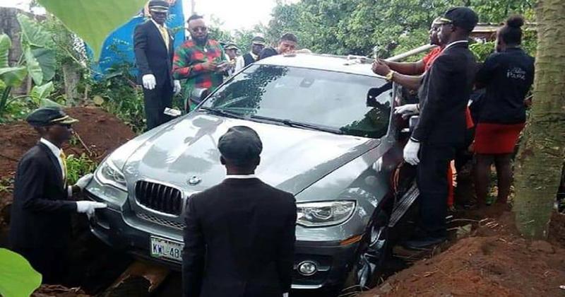 Бэха для бати: нигериец похоронил отца в роскошном внедорожнике вместо гроба