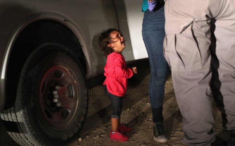 Рыдающая девочка на границе США стала символом самой крупной благотворительной акции в Facebook