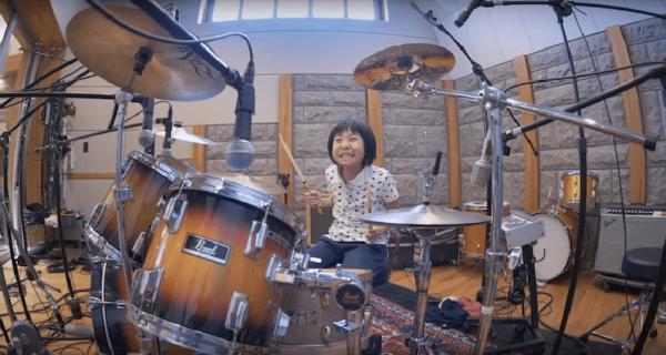 8‑летняя девочка из Японии отжигает на барабанной установке. Даже Роберт Плант впечатлен