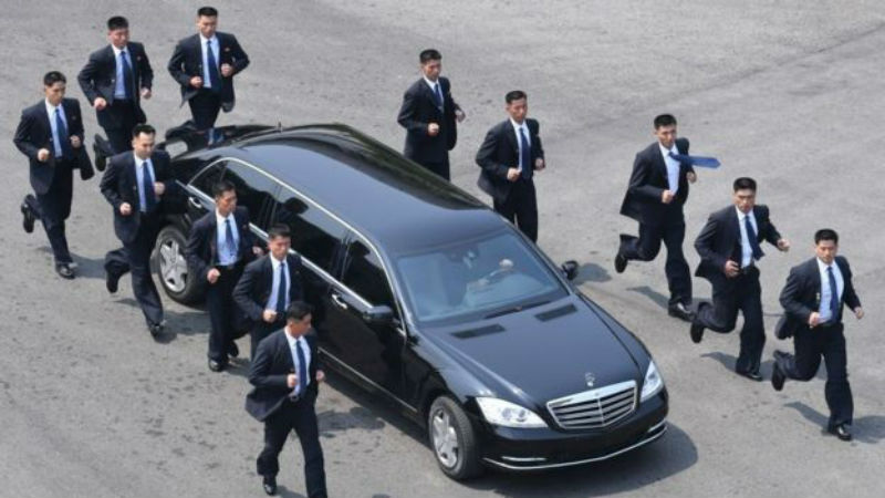 Люди в костюмах: кто такие бегущие телохранители Ким Чен Ына