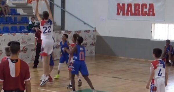 Двухметровый 12-летний ребенок стал героем YouTube, обыграв сверстников в баскетбол однойлевой