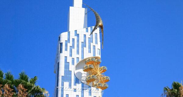 Красиво и бессмысленно: первое в мире колесо обозрения на фасаде небоскреба в Батуми