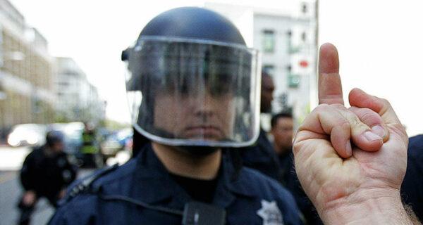 Законом не запрещено: в США можно показывать полицейским средний палец, но лучше ненадо