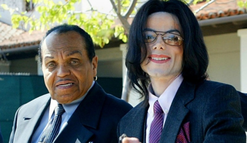 «Надеюсь, он искупает свои грехи в аду»: врач обвинил отца Майкла Джексона в кастрации сына