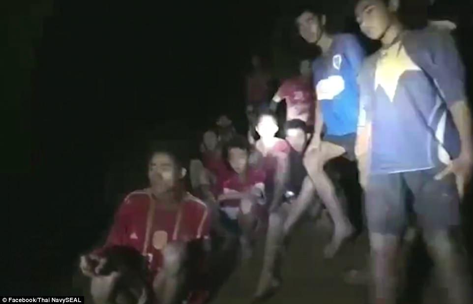 История тренера из тайской пещеры, который научил детей медитировать и этим спас их время, когда, Экалоп, детей, тренера, бабушке, подростков, тренер, Чантавонг, детям, сейчас, самое, Чантавонга, практически, пещеры, снимут, пропавшую, вернусь, всего, смогли