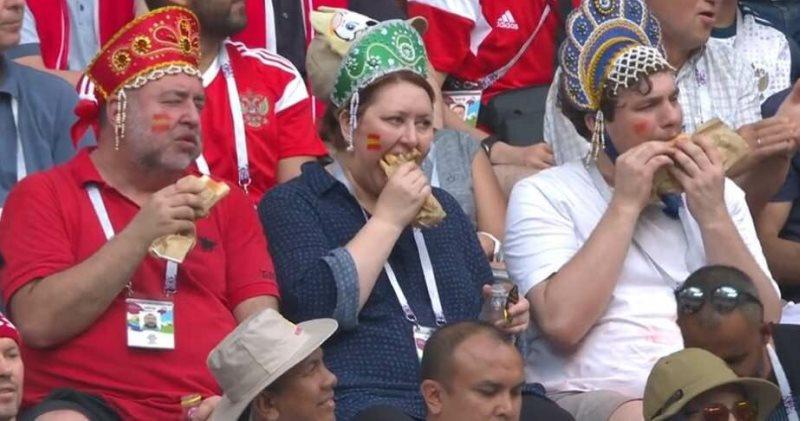 Кокошник, хот-дог и полная невозмутимость. Как за 3 секунды стать самым известным фанатом сборной РФ