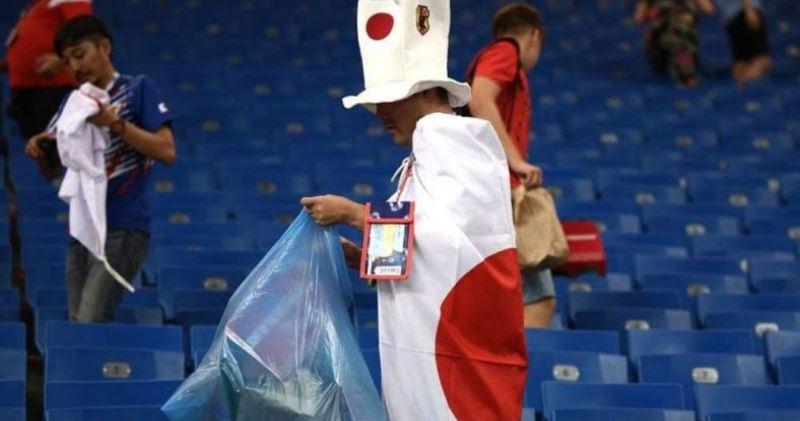 Японские болельщики снова прибрались на стадионе, а вылетевшие с ЧМ футболисты — в своей раздевалке