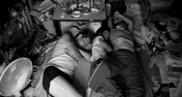В тесноте, да в любви: фотограф снял жизнь своей многочисленной семьи в однокомнатной квартире