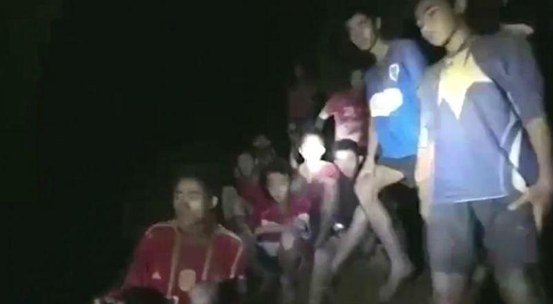 В Таиланде нашли пропавших в затопленной пещере 12 мальчиков и тренера. Но их мучения не кончились