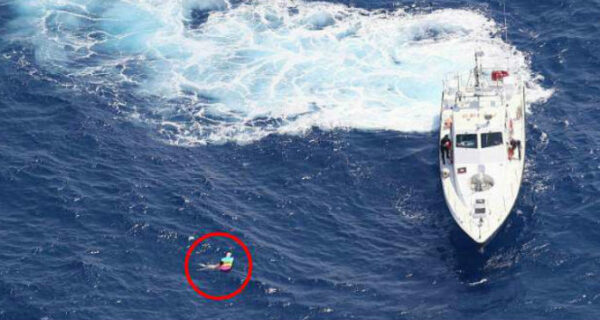 У берегов Крита спасли российскую туристку, которая провела 21 час на надувном матрасе в открытом море