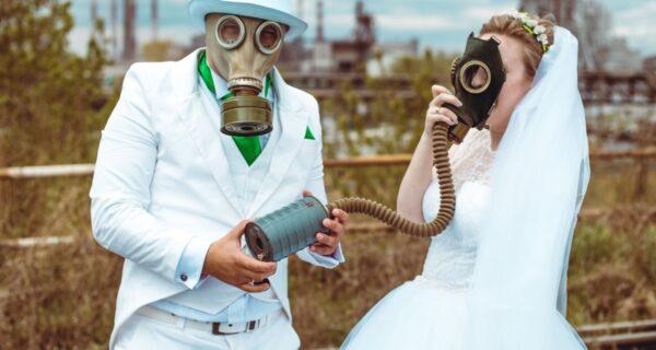 Суровое торжество: пара из Челябинска устроила свадебный фотосет в противогазах