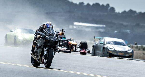 Невероятная гонка! Суперкар, спортивный мотоцикл, болид F1, частный самолет и истребитель сошлись в противостоянии