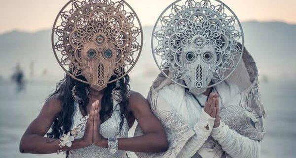 Свадьба в футуристическом стиле на фестивале Burning Man