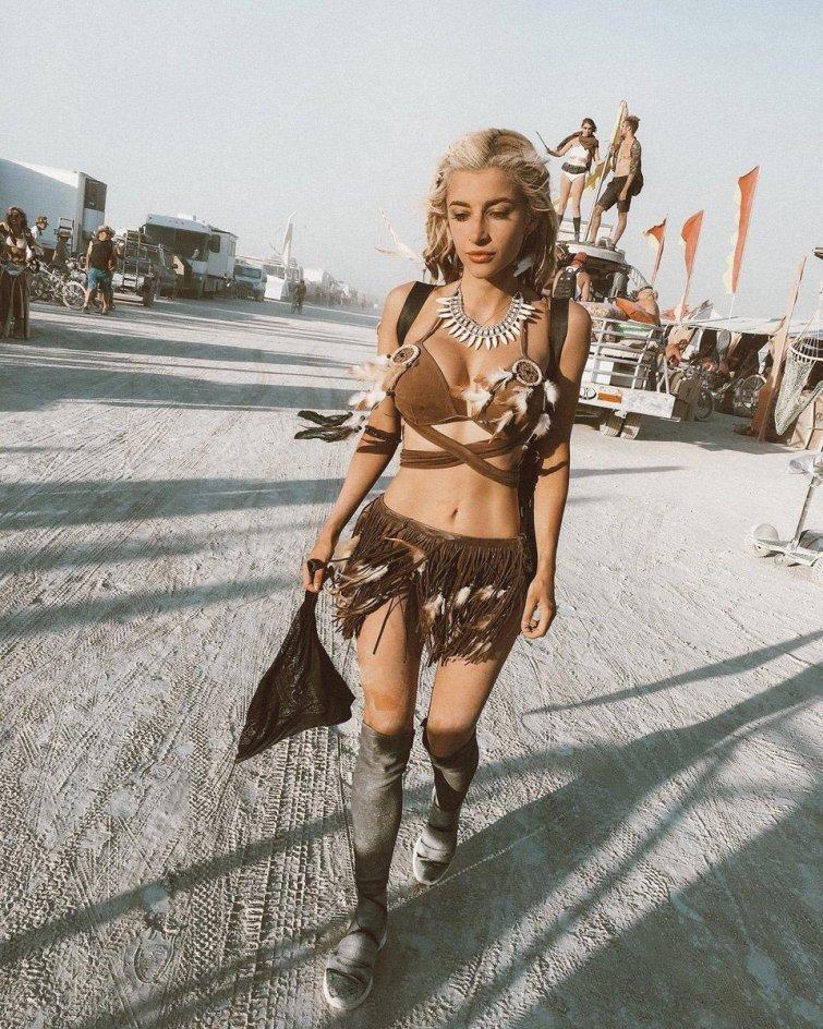 Сучка порно девушки на праздниках в эротичных нарядах засмеется тот псих