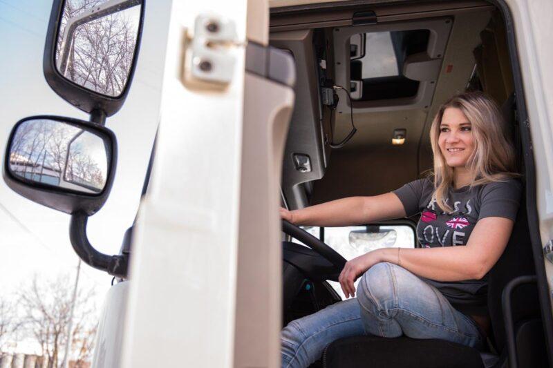 водитель для девушки работа