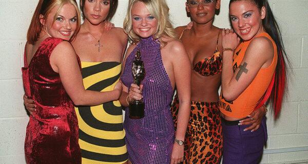 Бархат, меха и gangsta-style: стиль звезд с красной дорожки American Music Awards 1998года