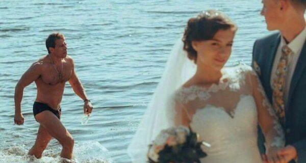 Гей-версия мема «Неверный парень»: жених прямо во время свадьбы засмотрелся на сексуального качка