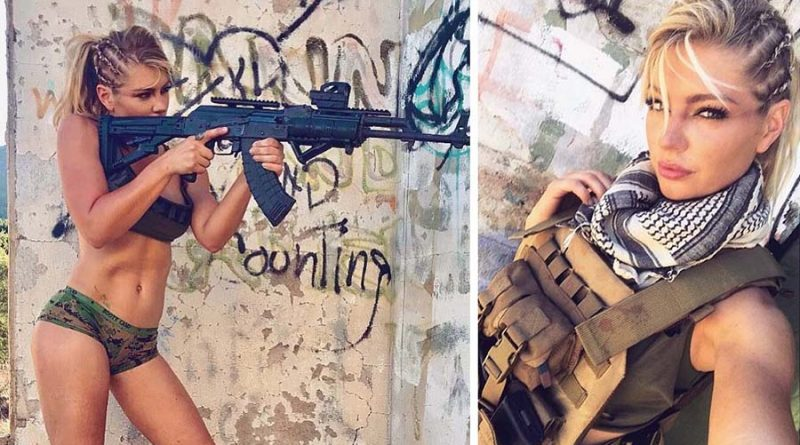 Сексуальные девушки с оружием в форме