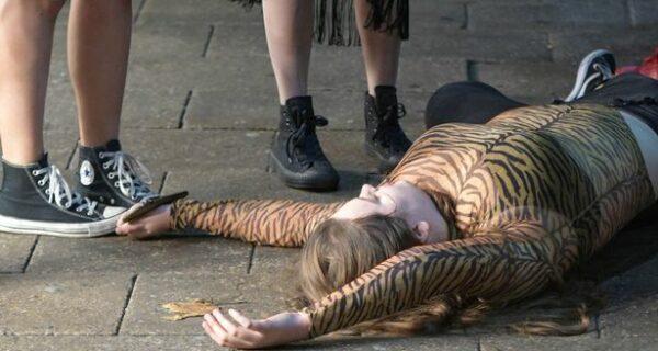 Горы мусора, пьяные тусовщики и море алкоголя: омерзительные последствия Хэллоуина в Британии