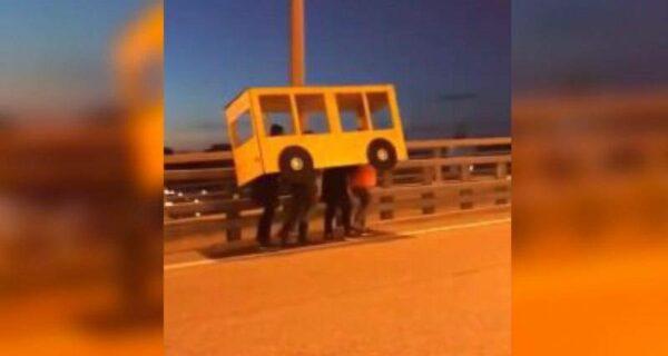 Обошли закон по-русски: во Владивостоке парни притворились автобусом на закрытом для пешеходов мосту