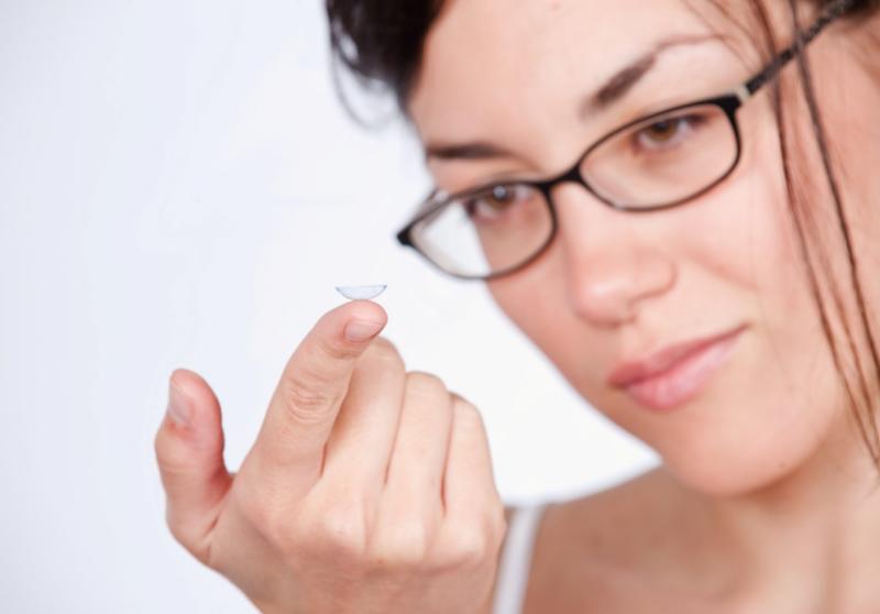 Контактная линза на пальце