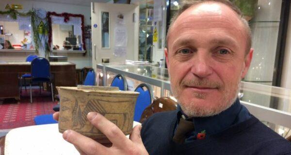 «Да я в него щетки ставил!»: британец узнал, что его горшок сделан древней цивилизацией