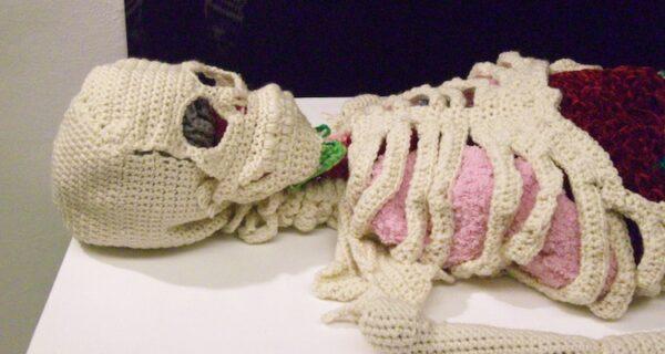 Очумелые ручки: канадская мастерица связала точную анатомическую модель человеческого скелета