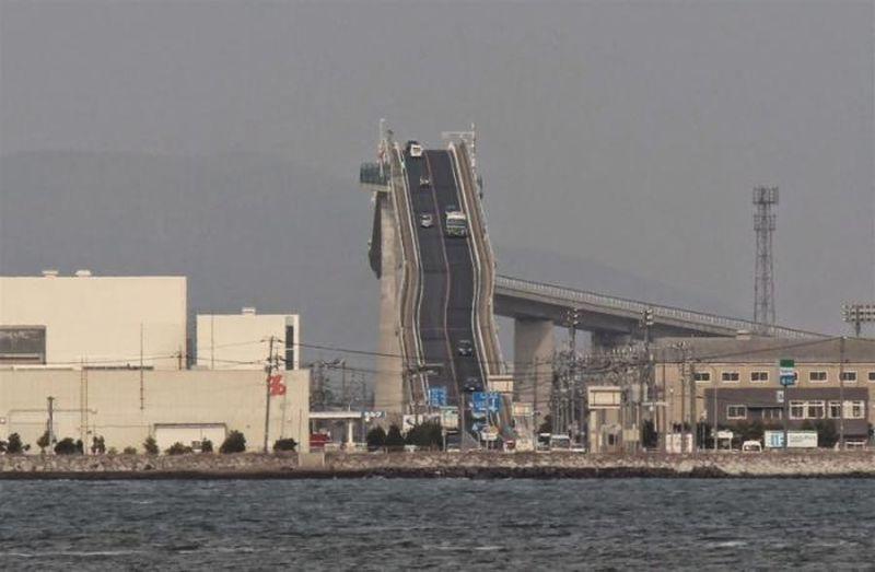 Это не американские горки, а сумасшедший мост в Японии фото