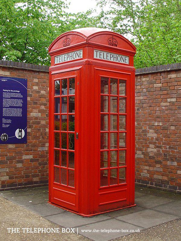 Задушевный разговор: знаменитая красная телефонная будка скопирована с надгробия