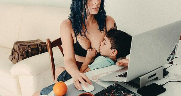 Безумная материнская любовь: женщина кормит 4‑летнего сына грудью, а сеть негодует