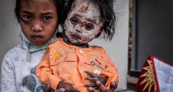 Вечная память: жители индонезийского племени десятилетиями хранят в домах тела усопших родственников