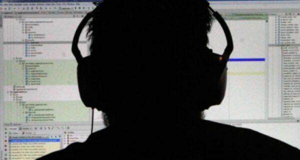«Заклейте камеру телефона!»: эксперт по IT-безопасности рассказал, как за нами следят спецслужбы
