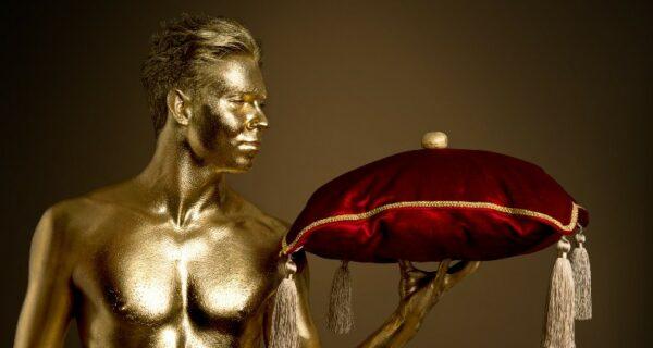 Я художник, я так вижу: что делал в Третьяковской галерее «золотой» мужчина в стрингах?