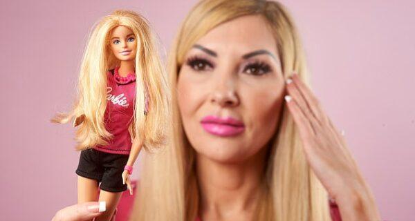 Барби преклонного возраста: женщина празднует 60-летний юбилей любимой куклы