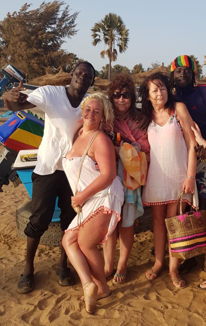 Секс-рай для сладострастных старушек: зачем британские пенсионерки едут в Гамбию фото