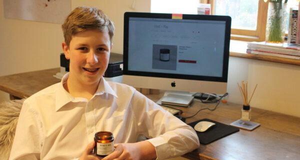 Огонек успеха: 12-летний мальчик зарабатывает тысячи фунтов на производстве свечей