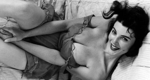 Сексапильная красотка с разворотов Playboy 1950‑х годов: пышногрудая ЖанЯни