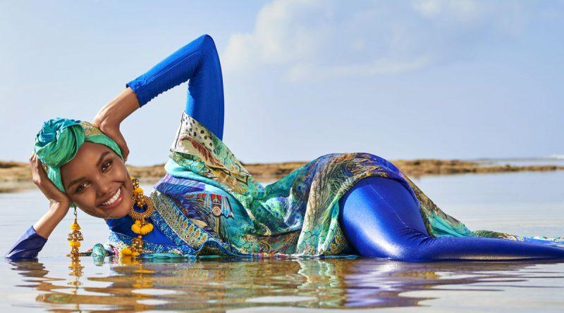 9be74e84629f3 Модель-мусульманка Халима Аден (Halima Aden) позирует в полностью закрытом буркини  на исторических снимках, которые появятся в известном американском ...