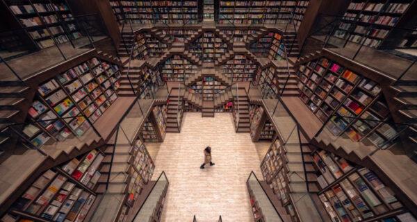 Зеркальные потолки превратили китайский книжный магазин в сказочные лабиринты