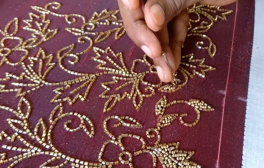 Украшение свадебного сари чаще всего является мужской и ручной работой