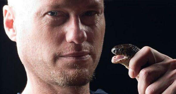 Идущий по краю: американец 20 лет экспериментировал с укусами ядовитых змей