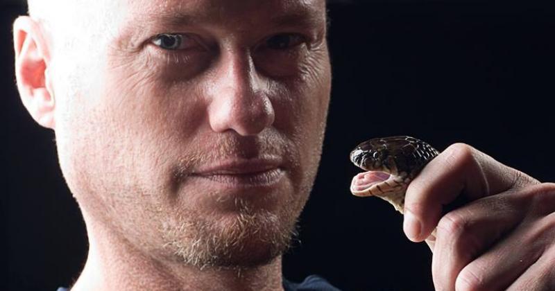 Идущий по краю: американец 20 лет экспериментировал с укусами ядовитых змей фото