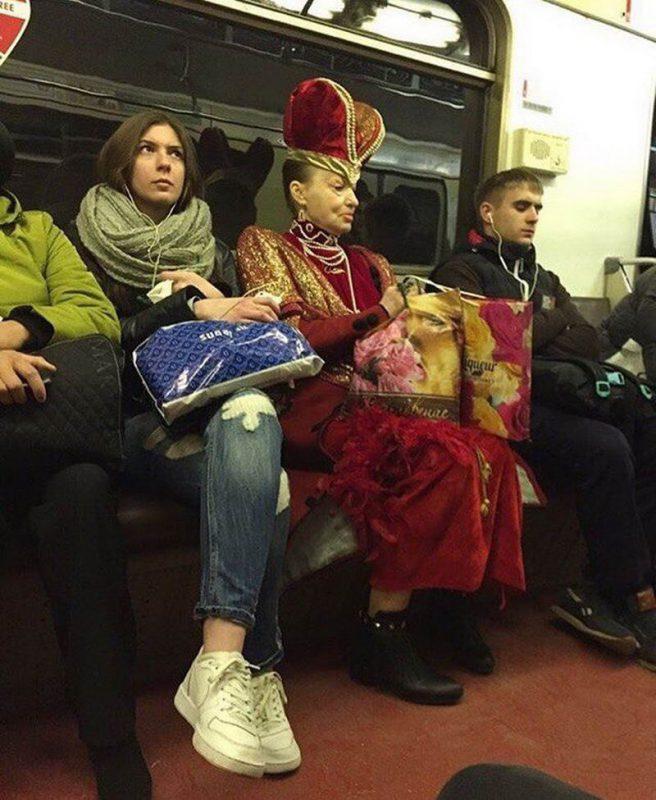 нити фотографии прикольно одетых людей в метро признается