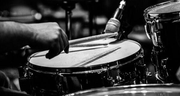 Барабанщик рок-группы перенес инсульт на сцене, но продолжил играть