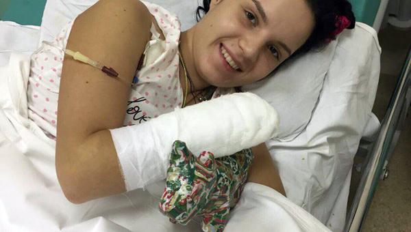 BEwutcktc600 - Девушка, которой муж отрубил руку из-за ревности, снялась в эротической фотосессии