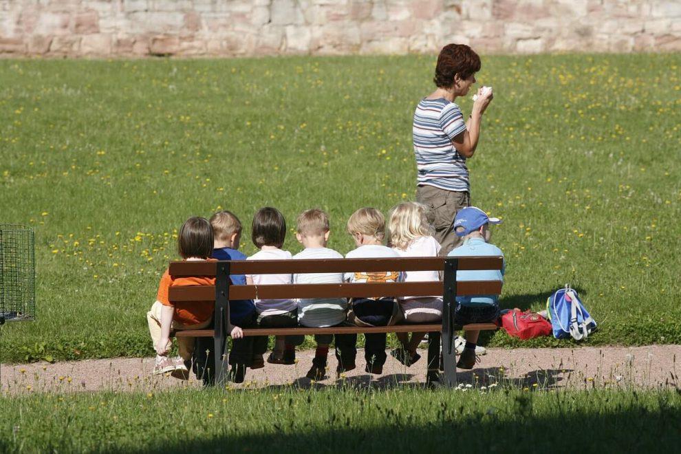 Младшие школьнике на прогулке